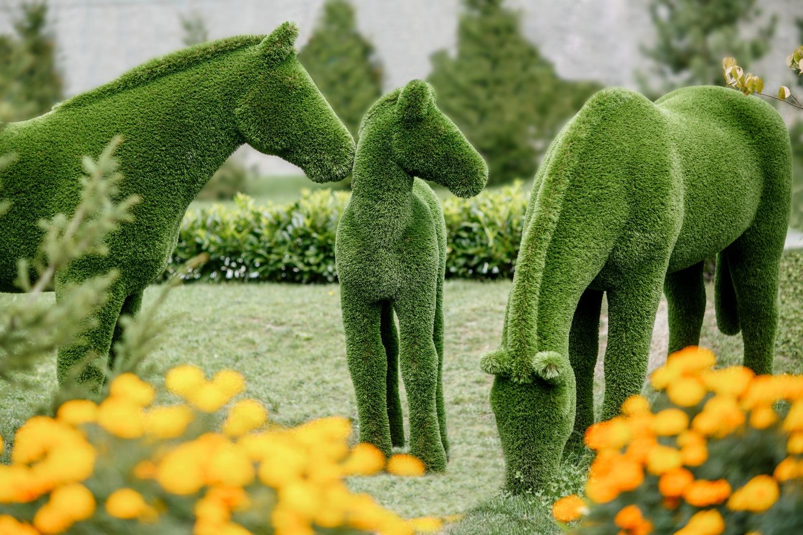 Фигуры из искусственной травы лошади