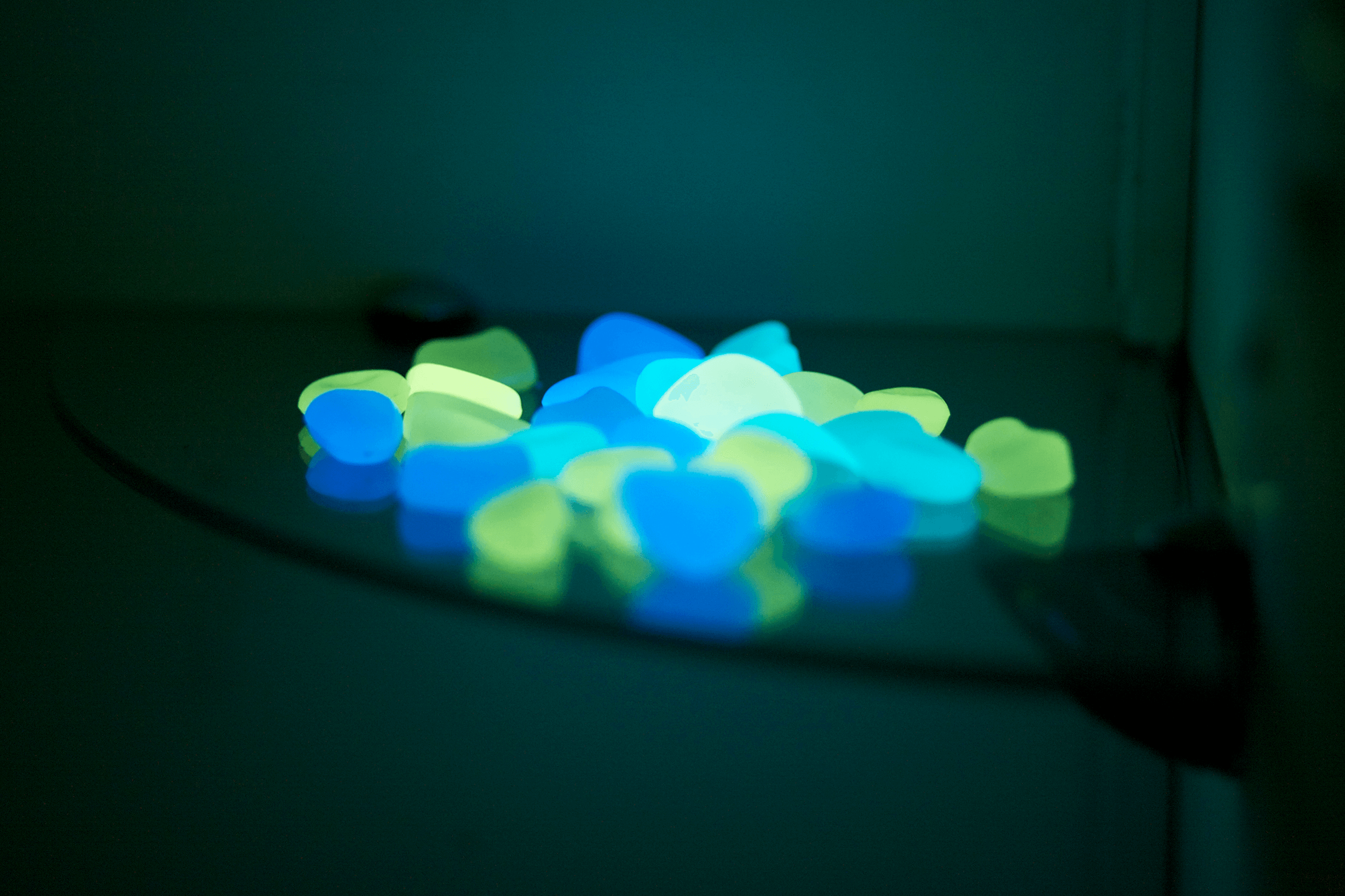 Пластиковые светящиеся камни синие